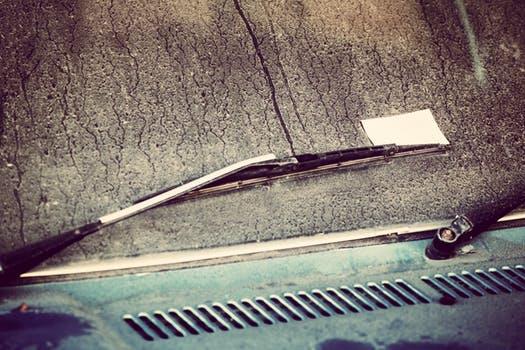 Wij vliegen richting de zomer en de vliegjes weer tegen uw auto op. Met z'n allen tegelijk. Dat doen ze. U wilt uw auto door de wasstraat halen, de makkelijkste, snelste en meest milieuvriendelijke manier op uw auto weer schoon te krijgen. Buiten dat bespaart u uiteraard een hoop tijd en tijd is geld tegenwoordig.