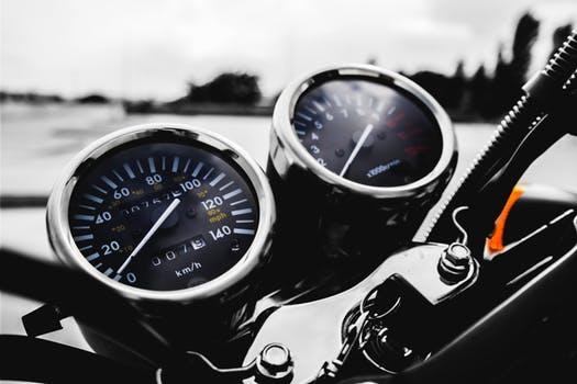De eerste zonnige weekenden van het jaar vallen fors meer verkeersslachtoffers onder motorrijders dan gemiddeld. Ligt het aantal slachtoffers (dode en gewonde motorrijders) in de wintermaanden op 10 per weekend, vanaf maart stijgt dat naar zo'n 40 met een piek in juni van liefst 50 motorslachtoffers per weekend.